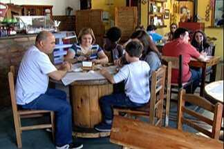 Turistas aproveitam feriado para visitar atrações turísticas em Guararema - Cidade oferece espaços de contemplação gratuitamente.
