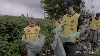 Felipe Titto começa a coleta de lixo e conhece mais sobre o Instituto EcoFaxina - O ator usa botas para pisar nos mangues
