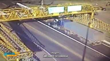 Vídeo mostra engavetamento que matou uma pessoa na BR-277, em Cascavel - O acidente foi num cruzamento no Trevo Cataratas.