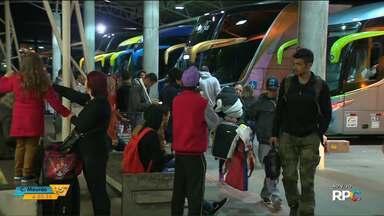 É grande o movimento na Rodoviária de Curitiba na volta do feriado - Passageiros enfrentam fila para pegar táxi.