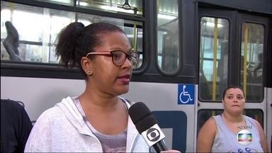 Moradores da Taquara reclamam que uma linha de ônibus parou de circular - Os passageiros dizem que a linha 815, alimentadora do BRT, sumiu.
