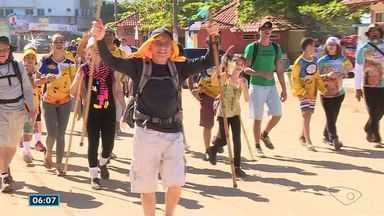 Andarilhos dos Passos de Anchieta chegam ao Santuário no Sul do ES - Foram quatro dias de caminhada, de Vitória até Anchieta.