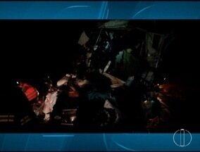 Duas carretas batem de frente e motorista morre em Riacho dos Machados - Acidente foi na tarde desse domingo (18) e a pista ficou parcialmente interditada por 5 horas.