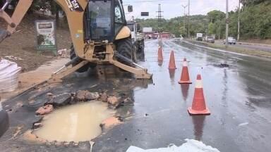 Tubulação rompe e gera vazamento de água na Av. Rodrigo Otávio, em Manaus - Moradores contaram que vazamento ocorre há dois dias.