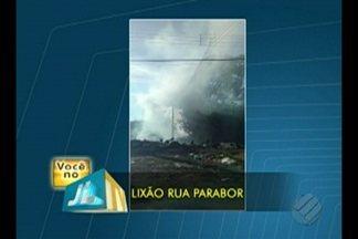 Moradora denuncia que população despeja lixo irregular e o incinera no bairro da Guanabara - Na rua Parabor, em Ananindeua, além de mau cheiro liberado pelo lixo, moradores ainda geram muita fumaça ao incinerá-lo.