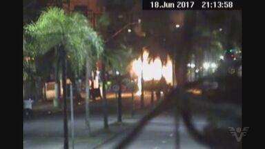 Criminosos atacam e incendeiam ônibus em Santos, SP - Caso aconteceu no último domingo. Ninguém ficou ferido ou foi preso por participação na ação