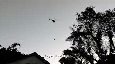 Bombeiros realizam resgate de piloto de parapente em Petrópolis, no RJ - Piloto fez um pouso forçado nesta segunda-feira (19).