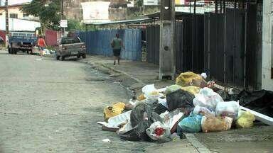 Moradores do Conjunto Rui Palmeira se queixam de acúmulo de lixo a céu aberto - Comunidade diz que nenhum órgão recolhe o lixo no conjunto.
