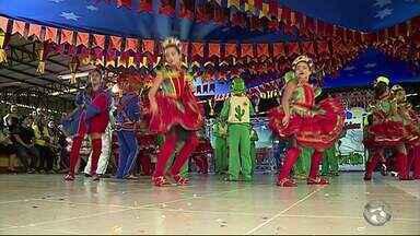 Estudantes realizam apresentações de dança no Polo Caruaru - Evento contou com coreografias bem diferenciadas e muita música.