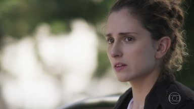 Ivana teme resultado da cirurgia de Cláudio - Simone se oferece para buscar notícias sobre o estado do rapaz