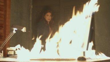 Bibi destrói provas contra Rubinho - Estudante de direito provoca um incêndio no restaurante