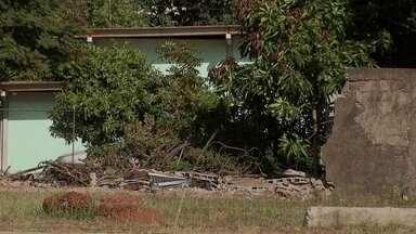 Escolas públicas sem muros preocupam pais e professores em Taguatinga Norte - Escolas públicas sem muros preocupam pais e professores do DF. Em Taguatinga Norte, a estrutura desabou há três meses depois de um temporal, e nenhum reparo foi feito desde então.
