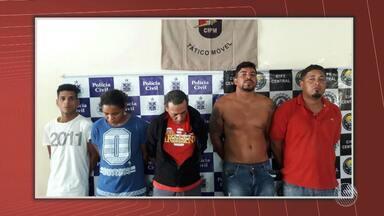 Oito pessoas são presas suspeitas de envolvimento em diversos crimes na cidade de Amargosa - Com os acusados, os policiais apreenderam um quilo e meio de maconha, 107 papelotes de cocaína, celulares e dinheiro.