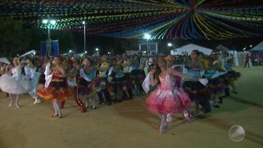 Concurso de quadrilhas é destaque das festas juninas em Barreiras, no norte da Bahia - São João na cidade também tem arrasta-pé e vila cenográfica.