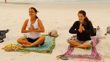 Adeptos do yoga se reúnem na praia do Forte, em Cabo Frio, RJ, na manhã deste sábado - Assista a seguir.