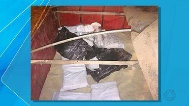 PF e PM apreendem 288 kg de maconha em meio a carga de açúcar na frente da PRF, em MS - O entorpecente e o açúcar seriam entregue em Santos (SP). O motorista foi autuado em flagrante por tráfico de drogas.