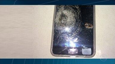 Celular protege moradora do Alemão de bala perdida - Tiro atingiu aparelho que estava no bolso da bermuda
