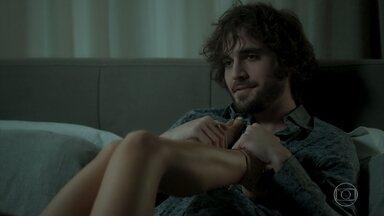 Ruy conta para Ritinha sobre a primeira vez que a viu - Os dois curtem clima romântico