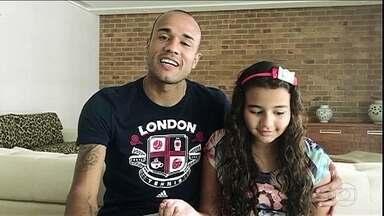 Luis Roberto narra gol prometido para Giulia e recebe homenagem dela e do pai, Roger - Muito emocionado, narrador agradece carinho do atacante e da filha
