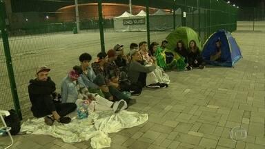 Fãs passam a noite em fila a espera do show de Ariana Grande no Rio - Cadeira de praia, gorro, cobertor. Para quem é fã, vale tudo para ficar perto do ídolo. Alguns fãs passaram a noite desta quarta-feira (28) acampados.