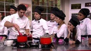 Rodrigo Oliveira dá dica para cozinhar carne com a panela direto no forno - Chef diz que franceses costumam utilizar este método