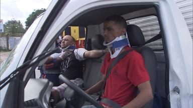 Batida deixa quatro pessoas feridas na BA-528, a Estrada do Derba - O acidente foi entre um carro e um caminhão baú. Os feridos foram socorridos e os estados de saúde não foram informados.