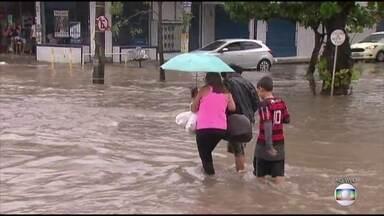 Canal na divisa do Recife com Jaboatão causa transtornos e alagamentos - Moradores reclamam há anos da situação