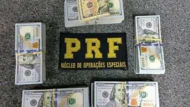 Suspeitos de lavagem de dinheiro são detidos com mais de US$ 143 mil em caminhonete no ES - Apreensão aconteceu na BR-101 em Viana e a origem dos dólares não foi comprovada. Duas pessoas foram detidas e levadas para a Polícia Federal.
