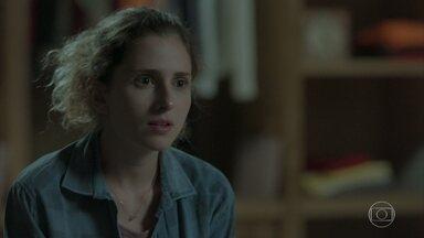 Ivana diz que não se vê como mulher - Simone fica surpresa com revelação da prima. Nonato se prepara para se apresentar como Elis Miranda