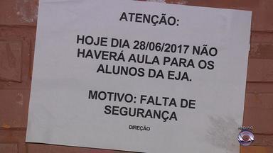 Dois homens são presos e dois menores apreendidos na Zona Sul de Porto Alegre - Uma escola foi alvo de tiroteios durante a semana e teve aulas suspensas nesta sexta-feira (30) no mesmo bairro.