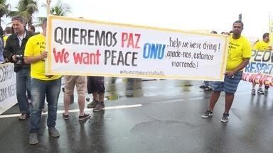 Moradores de várias favelas do Rio fazem protesto contra violência - Famílias encararam o domingo chuvoso e caminharam pela orla de Copacabana e do Leme. A manifestação foi chamada de primeiro encontro de favelas pela paz.