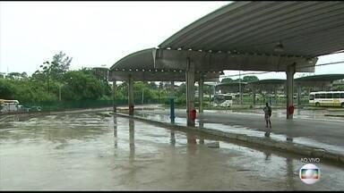 Semana começa com greve de ônibus no Recife - Os rodoviários pedem 7% de aumento no salário e 20% no vale-alimentação; os patrões oferecem 4%. Ainda não teve acordo.