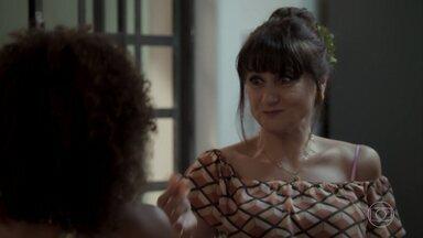 Edinalva conversa com Marilda na cozinha - A mãe de Ritinha se sente feliz com a possibilidade de uma nova paquera