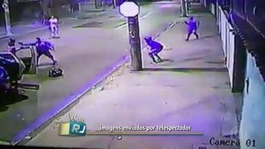 Imagens mostram os bandidos que mataram PM no Engenho Novo - Na Rua Maria Antônia, por volta das 5h de sábado (1), pelo menos seis homens armados saíram de um táxi, preparados para fazer um arrastão. O cabo Leandro reagiu e foi baleado mortalmente.