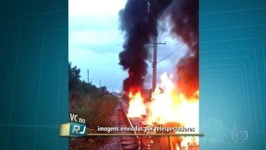 Protesto interrompe por mais de uma hora a circulação de trens no ramal de Saracuruna - Por volta das 17h desta segunda (3), pessoas queimaram lixo em cima dos trilhos do trem no ramal de Saracuruna. O protesto foi por causa da morte de um morador. Eles também fecharam uma rua perto da linha do trem.