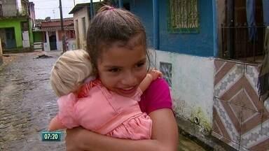 Menina que salvou boneca de enchente recebe a mesma restaurada de presente de aniversário - Babalu, a boneca da garota Clara, de 9 anos, foi restaurada por uma artesã do Recife.