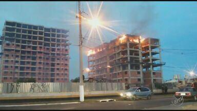 Prédio abandonado pega fogo em Hortolândia; suspeita é de vandalismo - Ninguém ficou ferido.