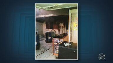 Homem morre carbonizado durante incêndio no próprio apartamento em Americana - Bombeiros suspeitam de curto circuito ou lareira improvisada pela vítima.
