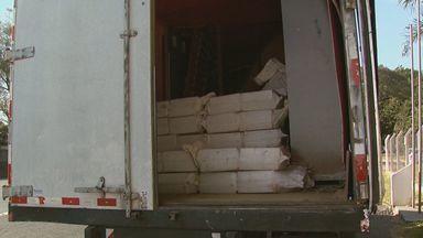 Polícia Rodoviária apreende duas toneladas de maconha em São Carlos, SP - Droga era transportada dentro de caminhão baú. Quatro pessoas foram detidas.