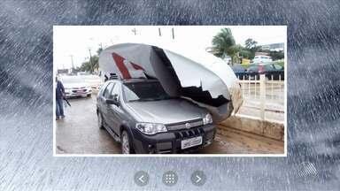 Ventos fortes: placa de mercado cai em cima de carro em Itaparica e árvore cai em Juazeiro - Confira nas imagens enviadas pelos telespectadores.