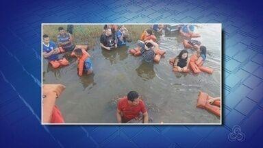 Lancha naufraga no Rio Solimões no Amazonas - Imagens mostram passageiros no rio, usando coletes salva-vidas.