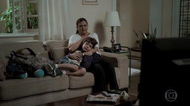 Aurora consola Dedé - O menino sofre com a fuga de Rubinho