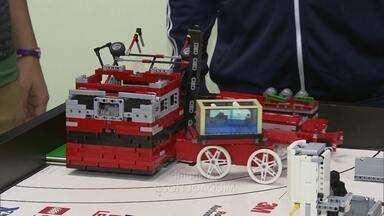 Alunos de robótica do Sesi brilham em concurso no Reino Unido - Os alunos do Sesi do Gama competiram com 100 equipes do mundo inteiro. Eles ficaram em segundo lugar, com um projeto de próteses para animais com deficiência.
