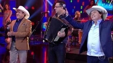 Trio Parada Dura canta 'Aceita Que Dói Menos' - Eles agitam a plateia