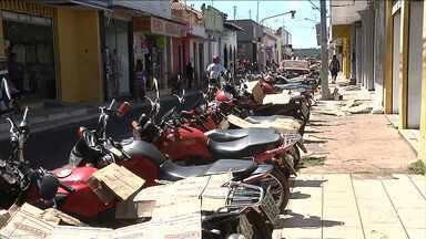 Motocicletas disputam com veículos espaços para estacionar em Codó - Número de motocicletas que circulam em Codó chega a ser quatro vezes maior que o de carros.