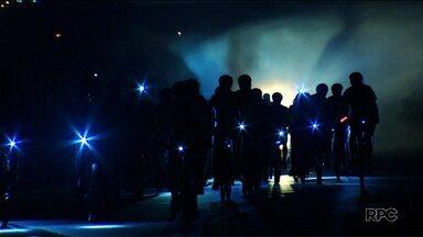 Ciclistas reclamam da escuridão e do medo de assaltos constantes em Curitiba - Nossa equipe acompanhou a pedalada Cristã em Curitiba, que sai do Terminal do Carmo e vai até o Zoológico. Os ciclistas já perderam as contas de quantas vezes são assaltados neste trajeto.
