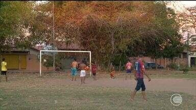 Peladeiros do Parque Piauí pedem iluminação e mais estrutura para campo de futebol - Peladeiros do Parque Piauí pedem iluminação e mais estrutura para campo de futebol