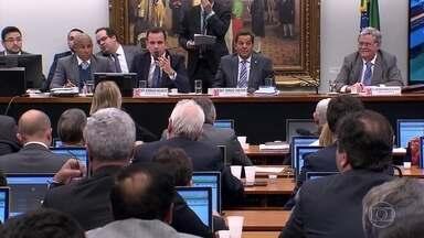 Governo intervém e troca deputados favoráveis a investigação de Michel Temer - Nove deputados viraram titulares na comissão que analisa a denúncia contra o presidente.