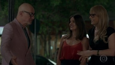 Luíza promove encontro entre Pedrinho e Rúbia - Ela não reconhece a amiga na rua ao vê-la desmontada
