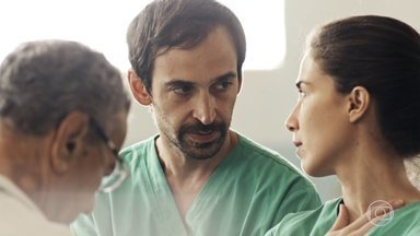 Episódio 1 - Dr. Evandro decide operar a própria esposa. O tempo passa. A equipe socorre uma grávida atropelada. Carolina beija Evandro.